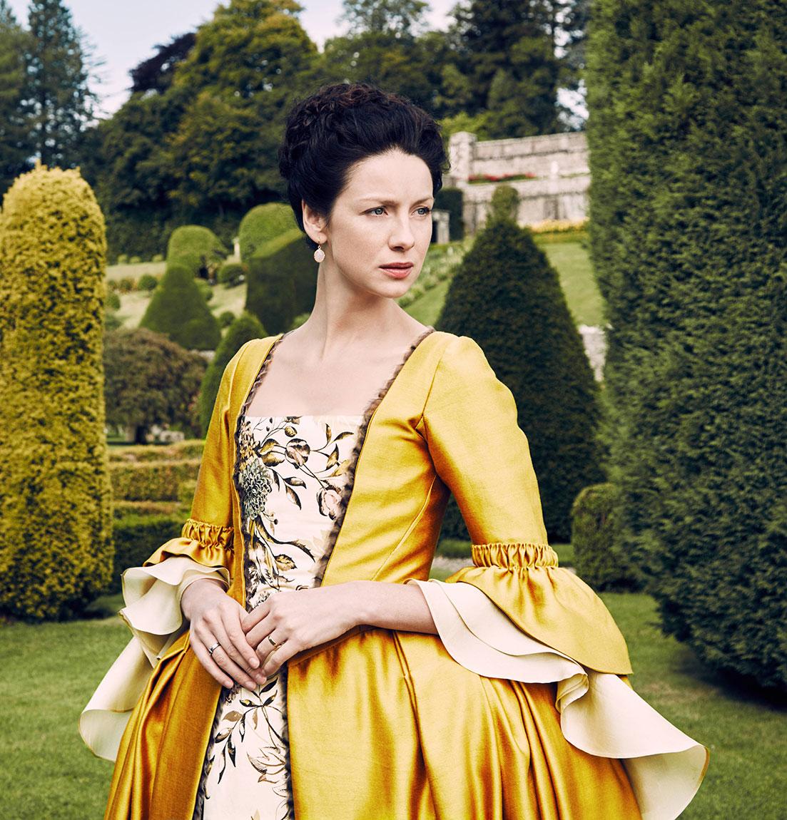 New 39 Outlander 39 Season Two Photos Celebrate The Parisian Costumes Outlander Tv News